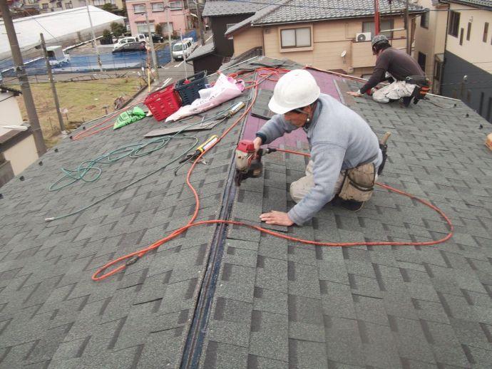 屋根材は釘で止めます。強風地域にも施工可能です。